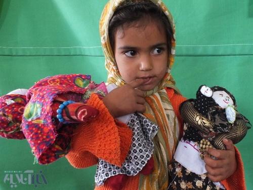 لطفا بخرید این عروسکها را و بسازید خندهای پایدار بر لبان این دخترک معصوم ...