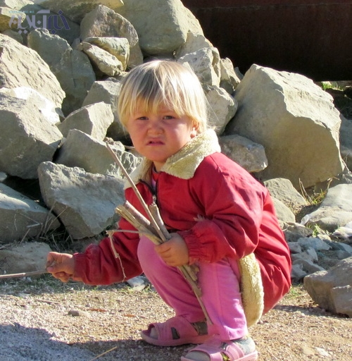 دخترکی زیبا از اهالی بچه دره
