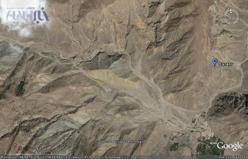 موقعیت توده اُرس مورد نظر در سمت چپ عکس در مقایسه با روستای سرانی در سمت راست عکس مشخص است