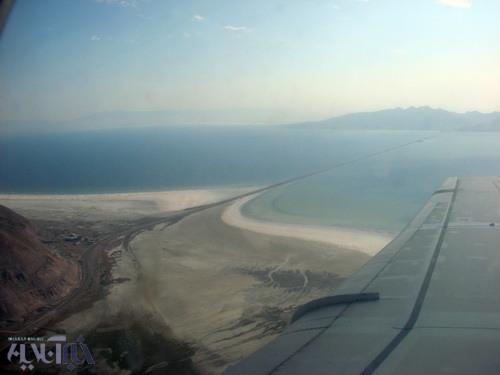نمای هوایی دریاچه ارومیه در دوم مرداد 1386 - موقعیت پل شهید کلانتری در آن مشخص است