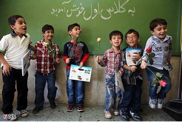 نتیجه تصویری برای دانش آموز شاد