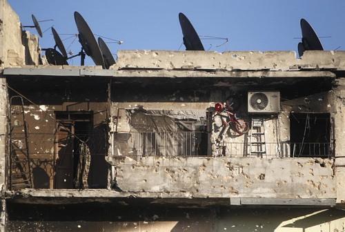 ساختمانی ویران و دیش هایی آباد - عکس از مظفر سلمان