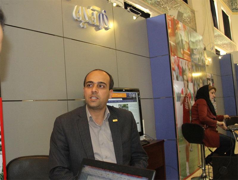ناظمی هرندی مدیر روابط عمومی فولاد مبارکه در غرفه خبر