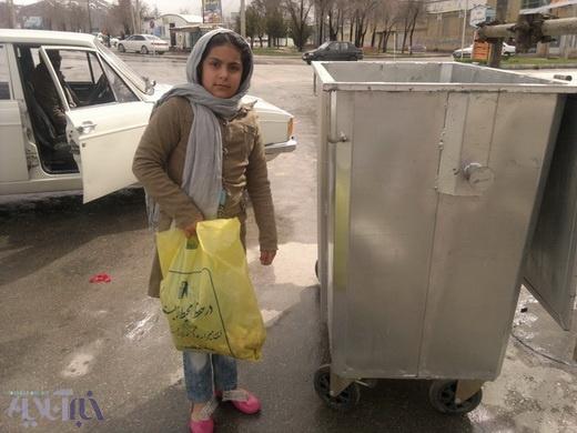 مشارکت مردم بروجن در تحویل کیسههای زباله مخصوص سیزده بدر