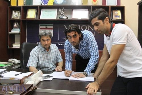 مهدی رحمتی در حال امضای قرارداد با پیکان