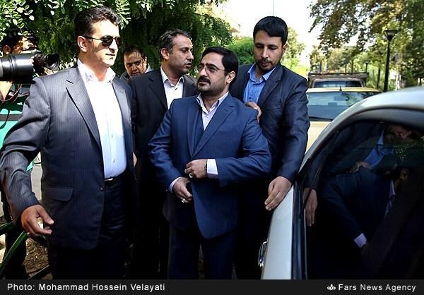سعید مرتضوی در میان محافظانش در حال ورود به دادگاه