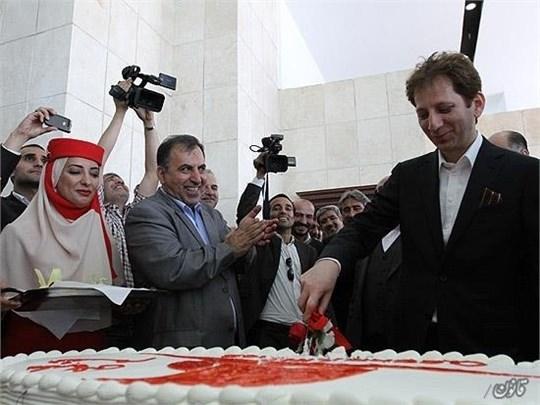 15 11 11 1011512 - تصویر بابک زنجانی و مهمانداران و کارکنان شرکت هواپیمایی قشم ایر