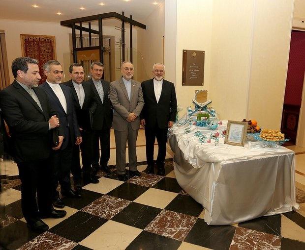 سفره هفت سین در محل مذاکرات/ ظریف و یارانش، به استقبال نوروز رفتند