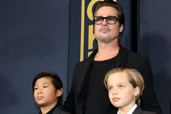 برد پیت و دو تن از فرزندانش