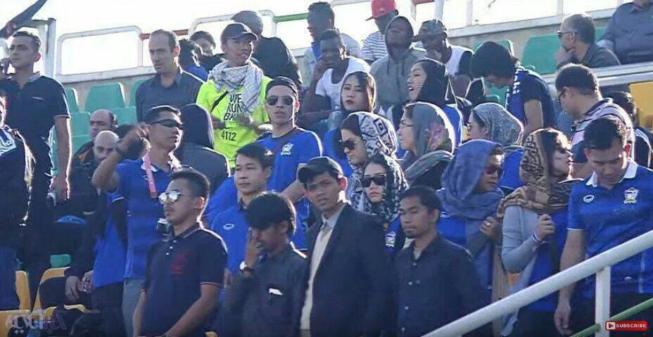 زنان تایلندی و عراقی در استادیوم فوتبال در ایران