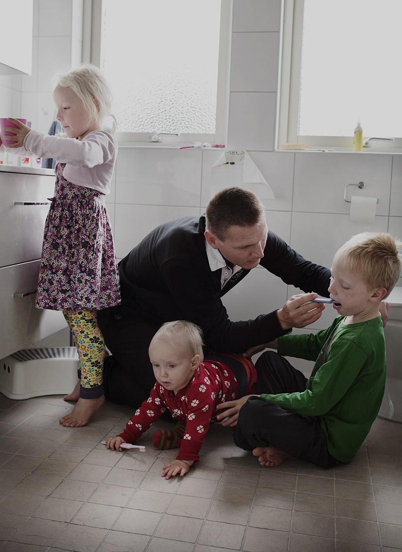 پدران سوئدی چطور بچهداری میکنند؟ / این عکسها را ببینید