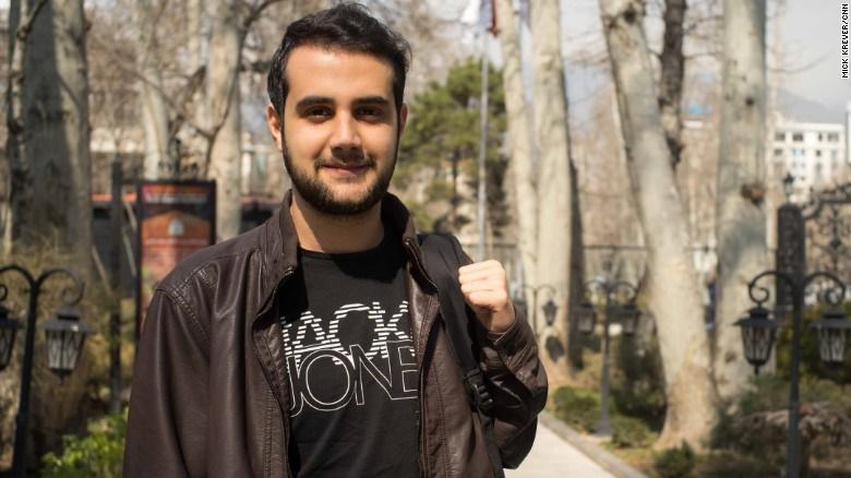 16 2 26 141646sohrab - گزارش سیانان از خیابانهای پایتخت ایران؛ رقابت جوانان تهران با نیویورکی ها و لندنی ها در مد!