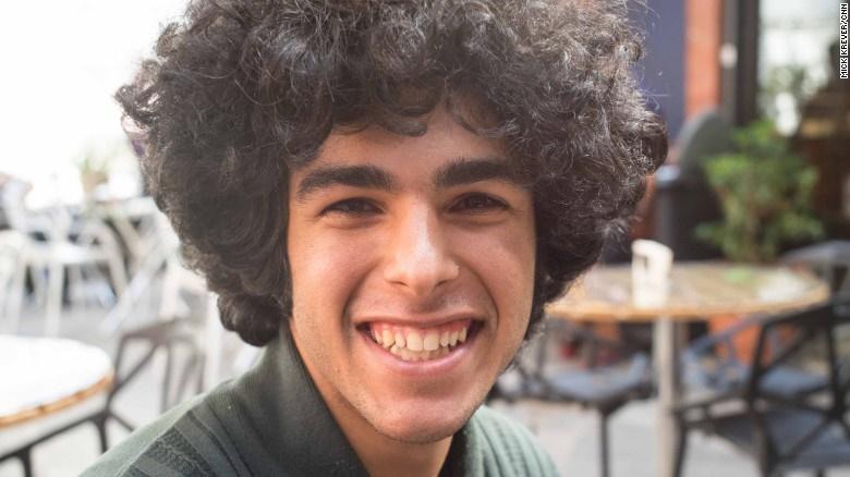 16 2 26 141728nima - گزارش سیانان از خیابانهای پایتخت ایران؛ رقابت جوانان تهران با نیویورکی ها و لندنی ها در مد!