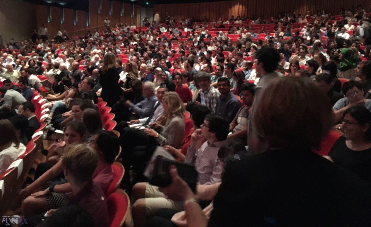 16 3 17 153614photo 2016 03 17 15 23 39 - حاشیه نگاری از سخنرانی ظریف در استرالیا/ از شعار ساندیس خور، تا تشویق های بی امان