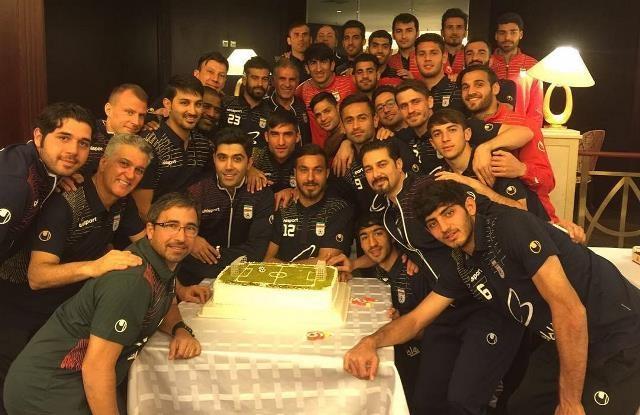 تصویری از جشن تولد رامین رضائیان در اردوی تیم ملی