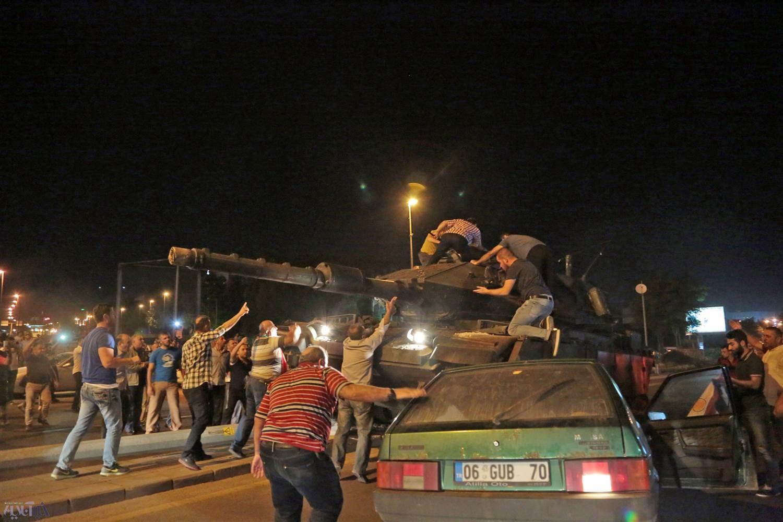 16 7 16 3474ss 160715 turkey coup mn12 1b0f2ab2765d41a0973187d4290c7915.nbcnews ux 2880 1000%20%281%29 - عکس | تلاش مردم ترکیه برای متوقف کردن تانکها در آنکارا