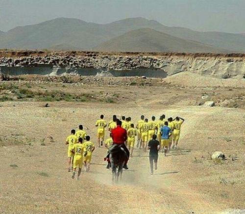 تصویری از علی دایی که روی اسب بازیکنانش را هدایت می کند!