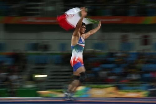 رقص شادی پلنگ با پرچم مقدس کشورش