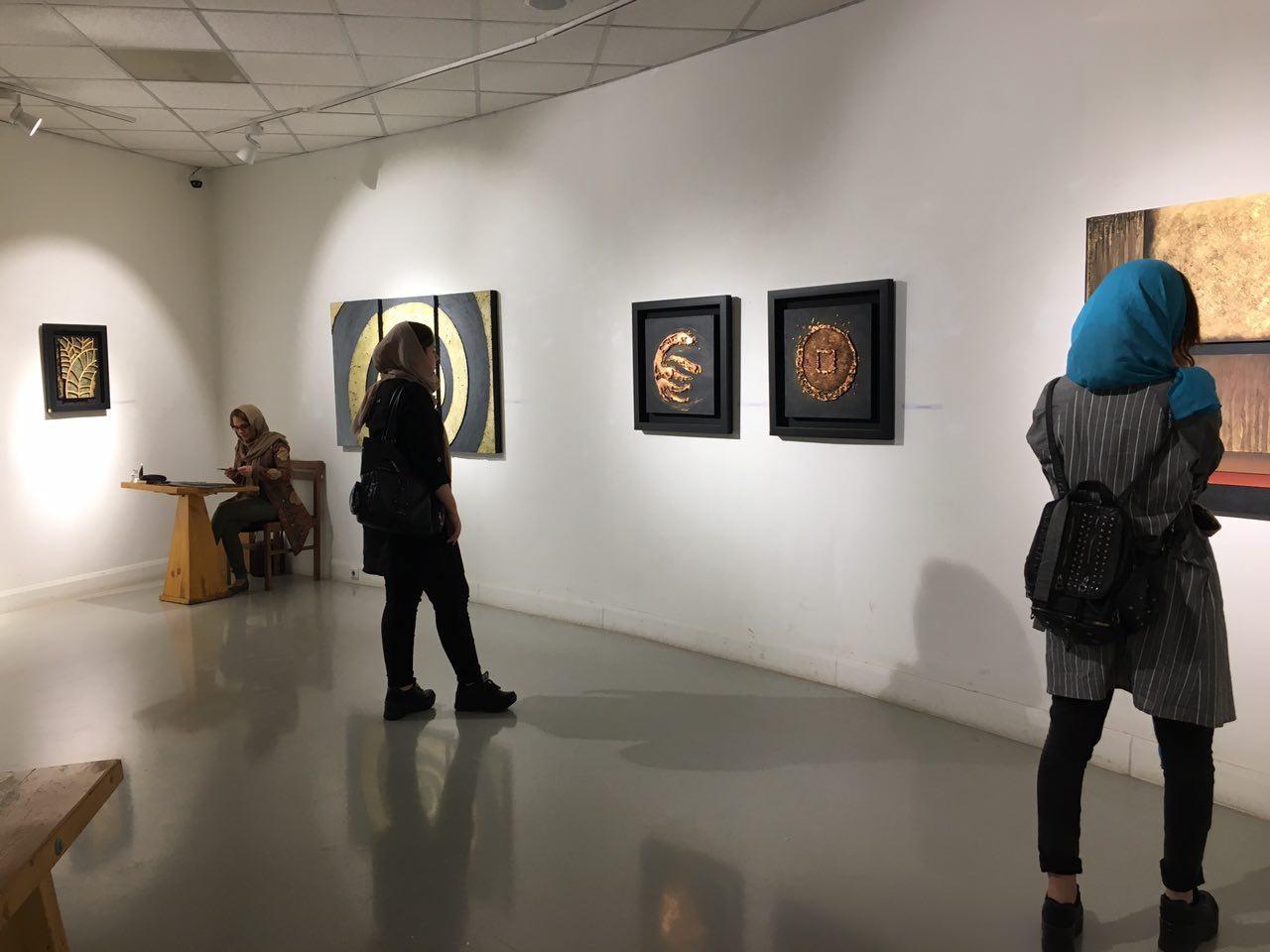وقتی فوم دستمایه زن هنرمند برای نمایش چهار عنصر اصلی حیات شد