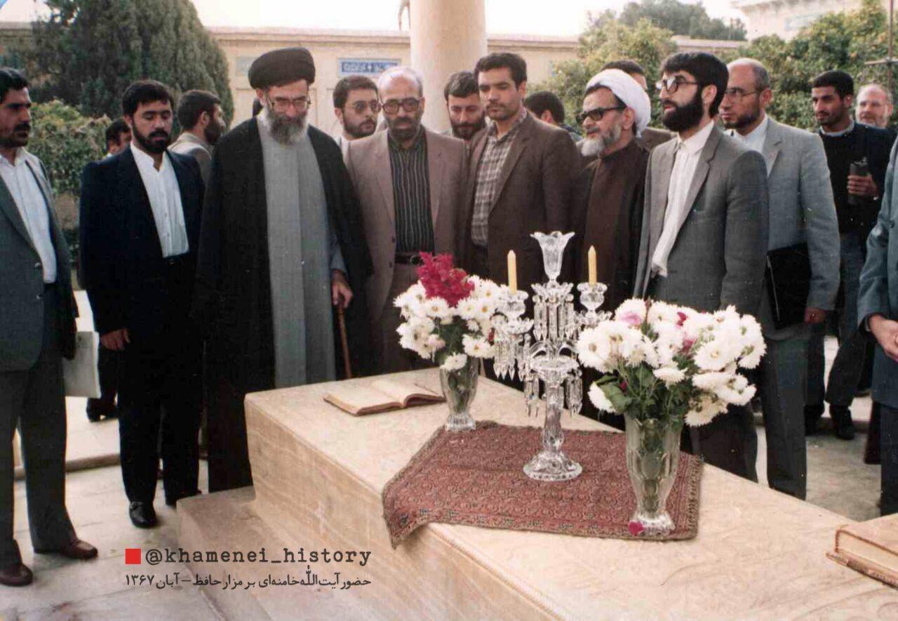 عکس| حضور آیت الله خامنه ای بر مزار حافظ