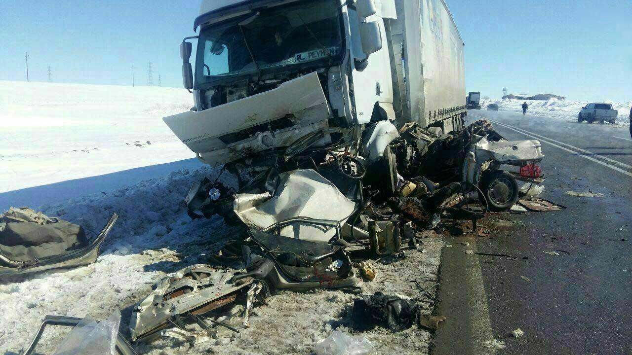 تصادف پژو ۴۰۵ با تریلی در جاده سنندج – دیواندره ۵ نفر را به کام مرگ برد/ عکس