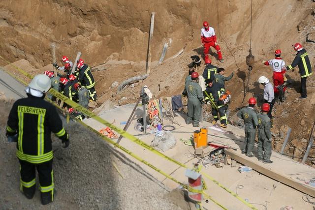 17 2 9 1512757435642 - حادثه ریزش دیوار مترو در قم | اعزام سگهای زندهیاب برای یافتن افراد زیر آوار