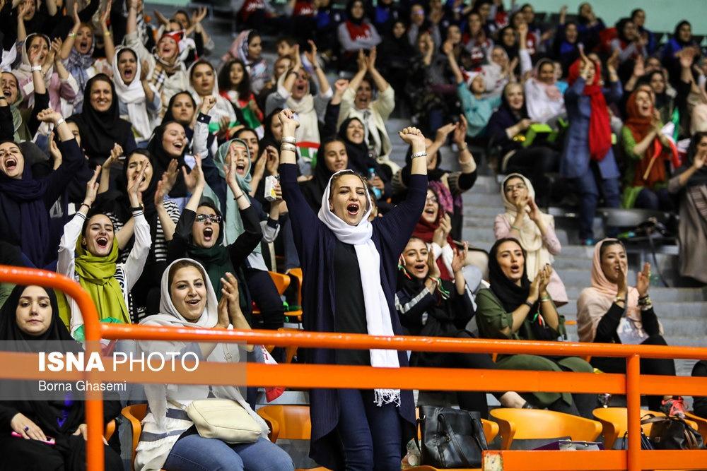 تصاویر حضور زنان در استادیوم والیبال