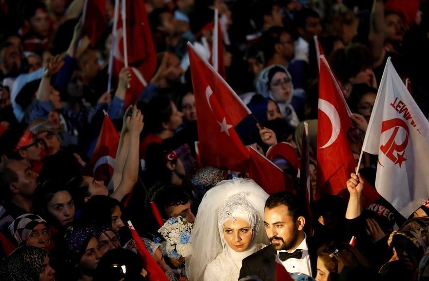 عکس | حضور یک عروس و داماد در سالگرد کودتای نافرجام ترکیه!