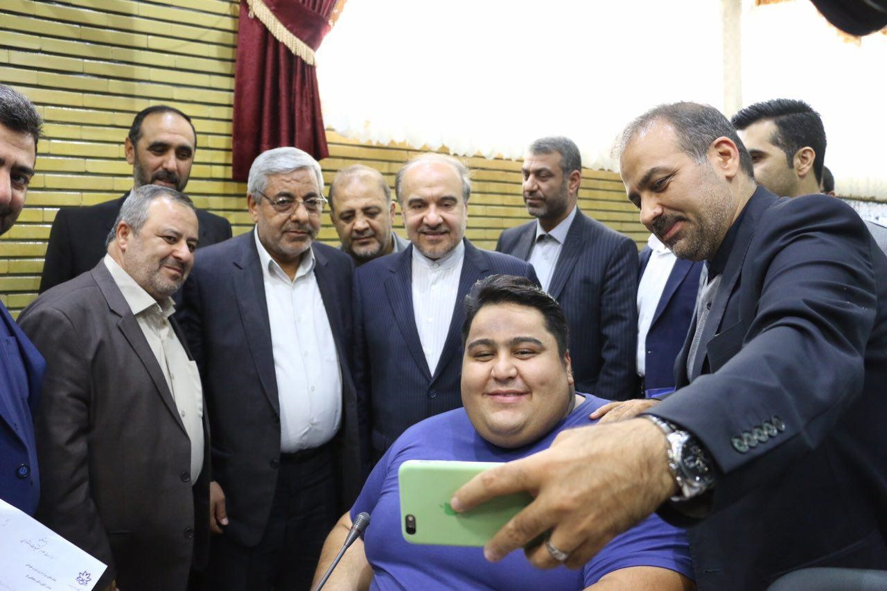 سلفی آقاي وزیر و مسئولان استاني با قوی ترین مرد جهان