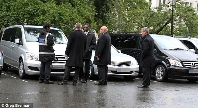 تصاویری از جریمه شدن 80 پوندی اتومبیل بنز هیلاری کلینتون در لندن