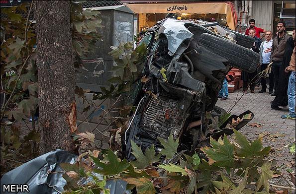 پژو 206 با درخت تصادف کرد، مچاله شد