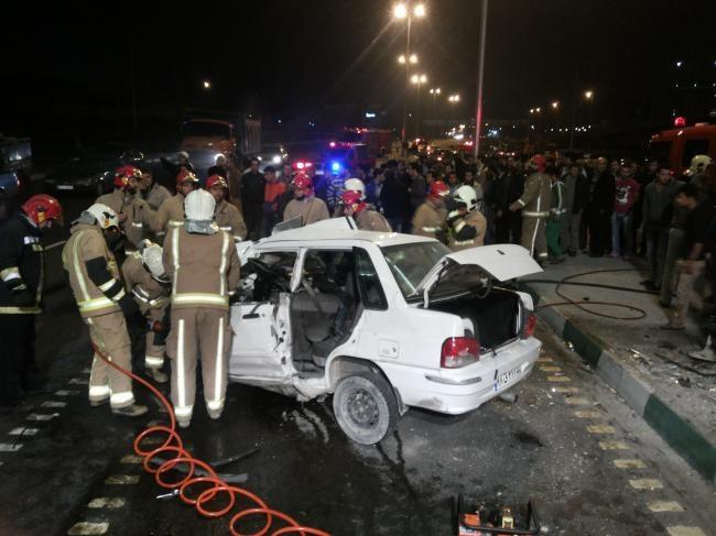 وقتی پراید در تصادف با پایه های پل بزرگراه شیخ فضل الله اوراق می شود