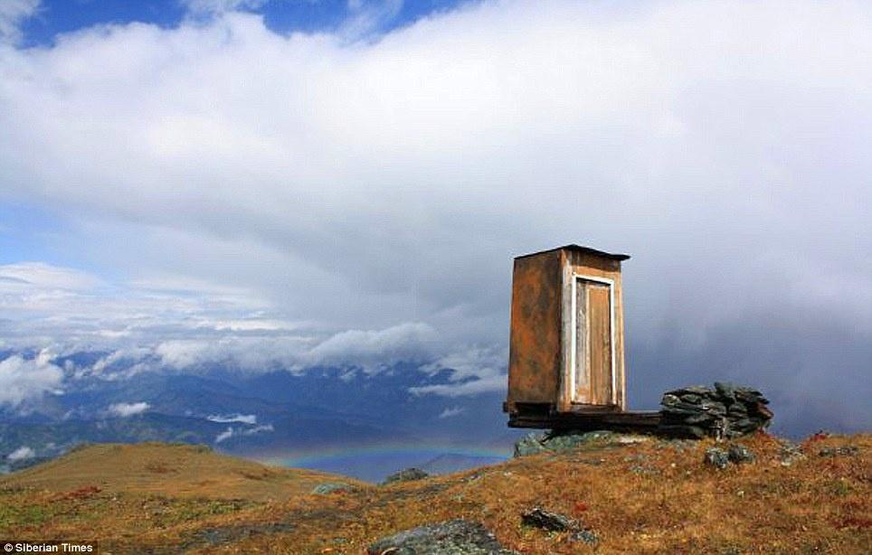 این دستشویی در بدترین نقطه جهان ساخته شده