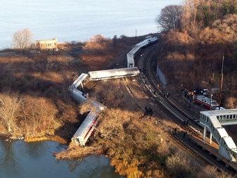 یک قطار مسافربری در نیویورک از ریل خارج شد/ دستکم 4 کشته و بیش از 60 مجروح