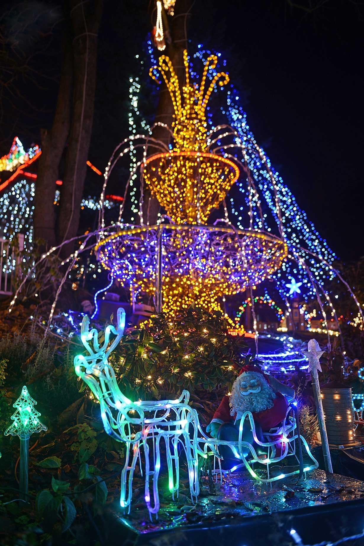 کریسمس رویایی برای بچه ها با 450 هزار لامپ ،دور خانه آقای وگت