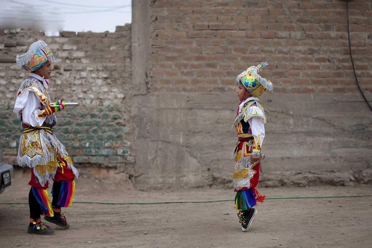 """""""حرکات موزون با قیچی"""" نماد دیرین مردم پرو علیه متجاوزان"""