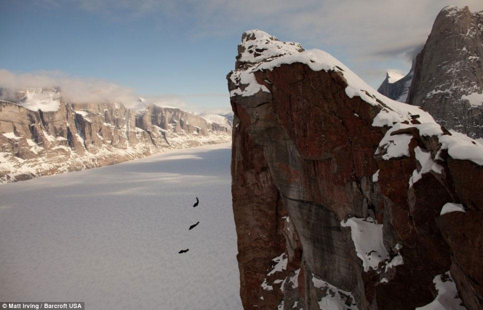 پرش سه نفره از قله برفی روی دریاچه یخی توسط سه شجاع