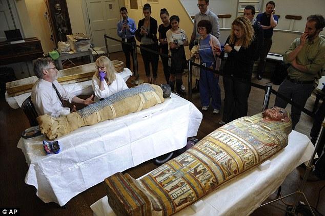 تصاویری از تمیز کردن مومیایی 2500 ساله در بیمارستان بوستون