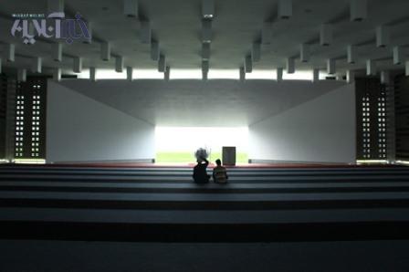 مسجدی شبیه کعبه، بدون گنبد و مناره