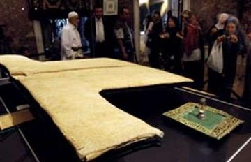 نمایش خرقه منتسب به حضرت محمد(ص) در ماه رمضان