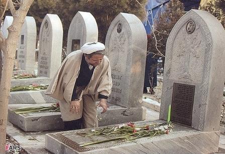 شستشوی مزار شهدای اقلیت دینی توسط یک روحانی