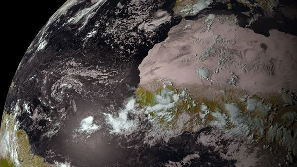 بهترین تصاویر فضایی هفته: از زنجیره طوفانی تا تصادف کیهانی و کسوف مریخی
