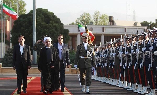 تصاویر بدرقه کنندگان رئیس جمهور به اولین سفر خارجی/حضور نماینده رهبر و جمعی از اعضای کابینه
