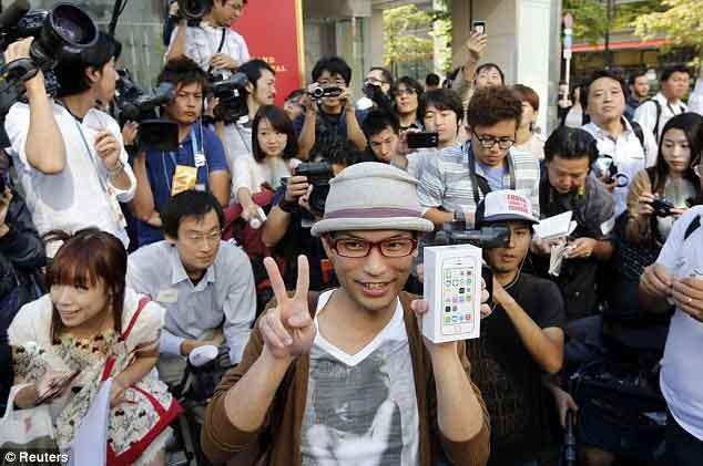 تصاویری از خوشحالی جهانی اپل بازان/رکورد فروش2 میلیون آیفون 5S در اولین روز