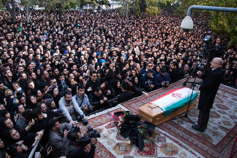 وداع هزاران نفر با خواننده پاپ / گزارشی از حضور عاشقانه طرفداران مرتضی پاشایی مقابل تالار وحدت