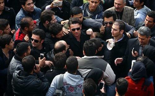 بنیامین، محمدرضا گلزار، امین حیایی و جمعی از ستارگان در مراسم تشییع پیکر مرتضی پاشایی