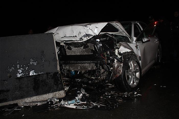 تصادف دیروز اصفهان وقتی کیا اپتیما در تصادف با بلوک های سیمانی له می شود