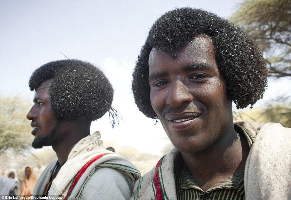 تصاویر قبایل افریقایی که موهایشان را با کره حالت می دهند
