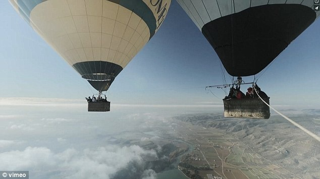 تصاویری از شکست بزرگ بندبازان فرانسوی بین دو بالن در آسمان