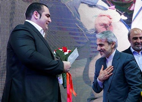 قهرمانان المپیک با دوسال تاخیر پاداش گرفتند/ دشواری سخنگوی دولت برای نصب نشان روی سینه بهداد